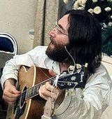John Lenon, in concert in chiloti si cu un colac de toaleta de gat