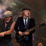 AC/DC merg in turneu cu masti de oxigen (video)
