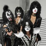 Kiss apar intr-o reclama pentru jocuri video (video)