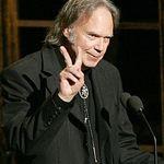 Neil Young este rasplatit pentru gesturi umanitare
