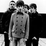 Arctic Monkeys apar intr-o expozitie foto