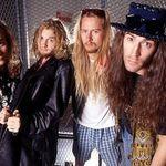 A decedat primul basist si membru fondator Alice In Chains
