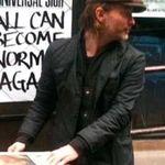 Thom Yorke distribuie ziare