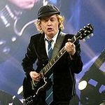 La multi ani Angus Young!