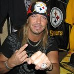 Bret Michaels a cantat Every Rose Has Its Thorn (video)