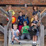 Un grup de copii de 8 ani canta piese Metallica si Guns N Roses (video)