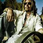 VINCE NEIL isi deschide club de striptease