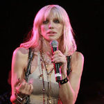Courtney Love a avut o aventura cu Angelina Jolie?