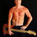 Chitaristul Def Leppard isi continua antrenamentul Muay Thai (video)