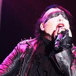 Marilyn Manson, atac cu fumigene impotriva paparazzilor (video)