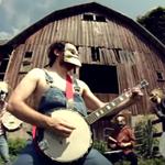 Rob Scallon se intoarce cu un cover la banjo pentru Psychosocial