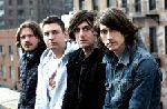 Arctic Monkeys au cantat piese de pe noul album pe Internet
