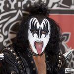 Mii de fani Kiss au fost inselati de basistul trupei