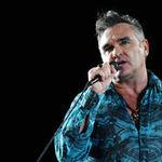 Morrissey paraseste scena dupa ce a fost lovit in cap cu o sticla de plastic